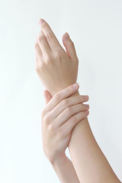 かゆい 手のひら ぶつぶつ 何これ?手のひらに透明なぶつぶつ…かゆい・かゆくない。原因は?どう治す?